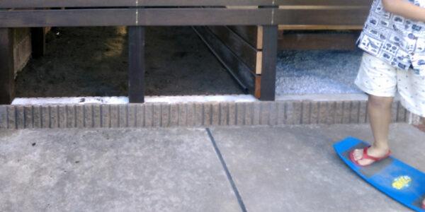 目隠しフェンス下の空き