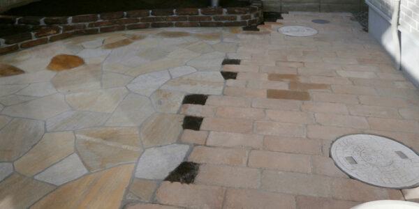 庭奥の花壇、石張り、レンガ敷