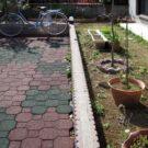 before:駐車場と庭の境