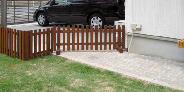 庭と駐車場との仕切りフェンス