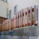 アプローチ階段上のウッドフェンス