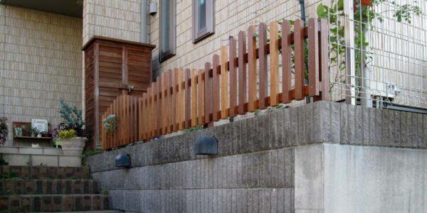 階段下から見上げたウッドフェンス