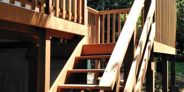 アプローチ階段を見上げる