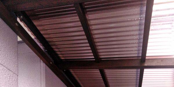 建物側の屋根を見上げる