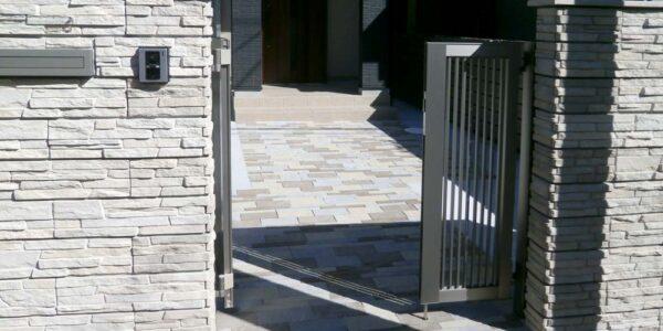 門前から見たアプローチ