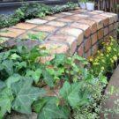 庭のレンガベンチ